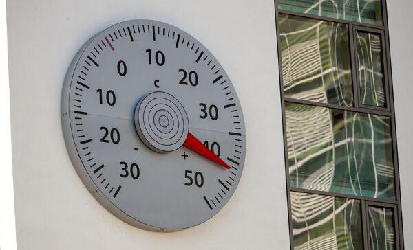 Termometro sul muro del quartier generale della Convenzione quadro delle Nazioni Unite sui cambiamenti climatici a Berlino mostra 42 gradi. - Sputnik Italia