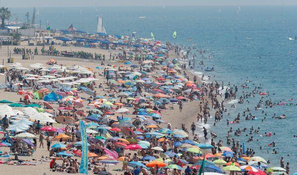 Spiaggia a Calella, in Spagna. - Sputnik Italia