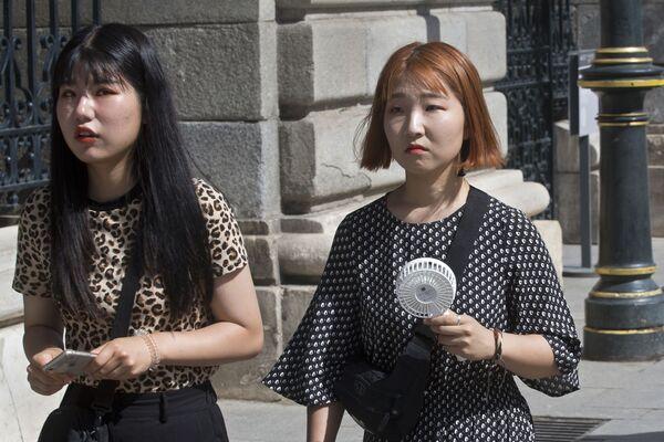 Una ragazza con il ventilatore portatile a Madrid. - Sputnik Italia
