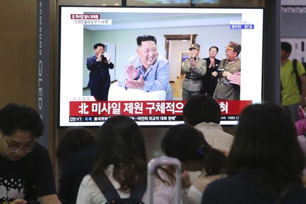 Un servizio del tg sudcoreano sul lancio dei missili. - Sputnik Italia