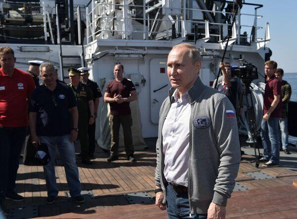 Come suggerito dal protocollo della cerimonia, Putin, all'interno del batscafo C-Explorer 3.11, prima di immergersi, si è avvicinato al sottomarino e ha partecipato all'installazione di una lapide commemorativa con i nomi del comandante e dei membri dell'equipaggio sullo scafo della nave. - Sputnik Italia