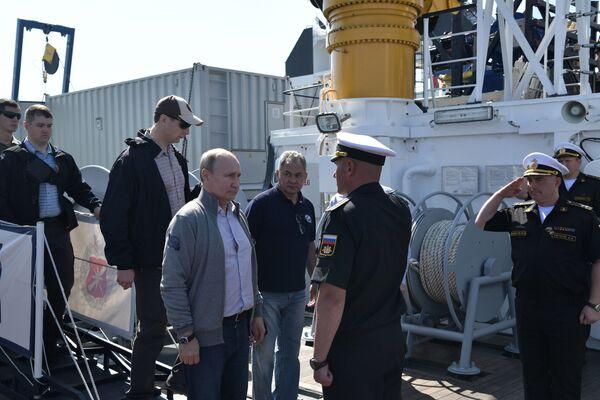 Prima dell'inizio dell'immersione, Konstantin Bogdanov, il capo della spedizione, ha raccontato a Putin, al ministro della Difesa Sergei Shoigu e al comandante in capo della marina Nikolai Evmenov della lotta dei sottomarini sovietici contro gli invasori nazisti nel Mar Baltico e in particolare il destino degli U-308. - Sputnik Italia