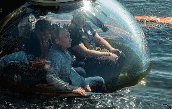 Putin ha detto di non aver controllato il batiscafo durante l'immersione. Secondo il capo dello stato, all'inizio, durante la discesa del veicolo, una nuvola di fango salì dal fondo, ma in seguito si disperse, il che consentì di ispezionare il sottomarino da tutti i lati. - Sputnik Italia