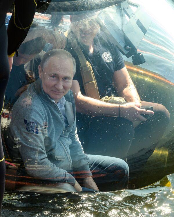 Il presidente russo Vladimir Putin a bordo di un batiscafo. - Sputnik Italia