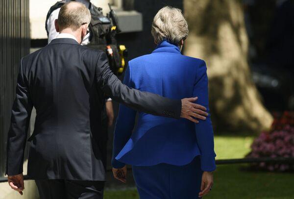 L'ex premier britannica lascia la residenza di Downing Street. - Sputnik Italia
