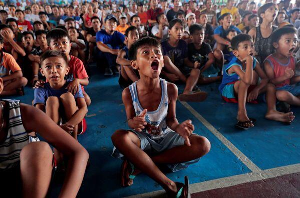 Bambini guardano un incontro di pugilato a Marikina, in Filippine. - Sputnik Italia