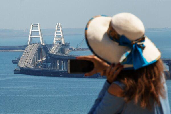 Una ragazza riprende il Ponte di Crimea con il suo cellulare. - Sputnik Italia