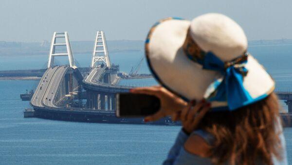 Девушка фотографирует Крымский мост через Керченский пролив - Sputnik Italia