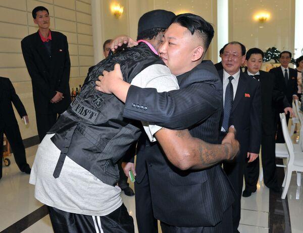 Il leader nordcoreano Kim Jong-un abbraccia il professionista nella NBA Dennis Rodman. Nel febbraio 2013 il cestista ha accompagnato il giornalista di Vice in Corea del Nord dove ha incontrato Kim. - Sputnik Italia