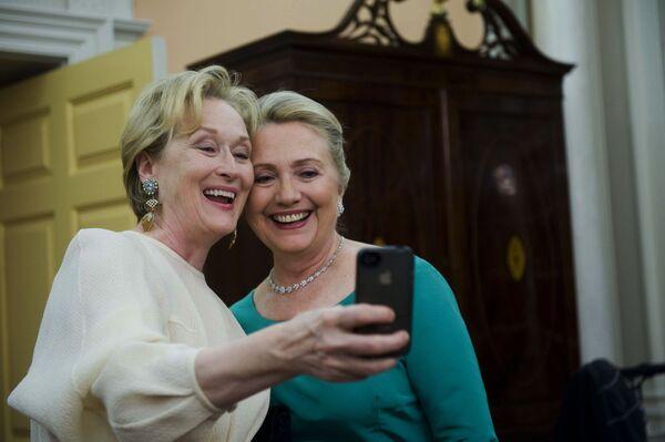 L'attrice Meryl Streep e il Segretario di Stato Hilary Clinton scattano una foto insieme. - Sputnik Italia