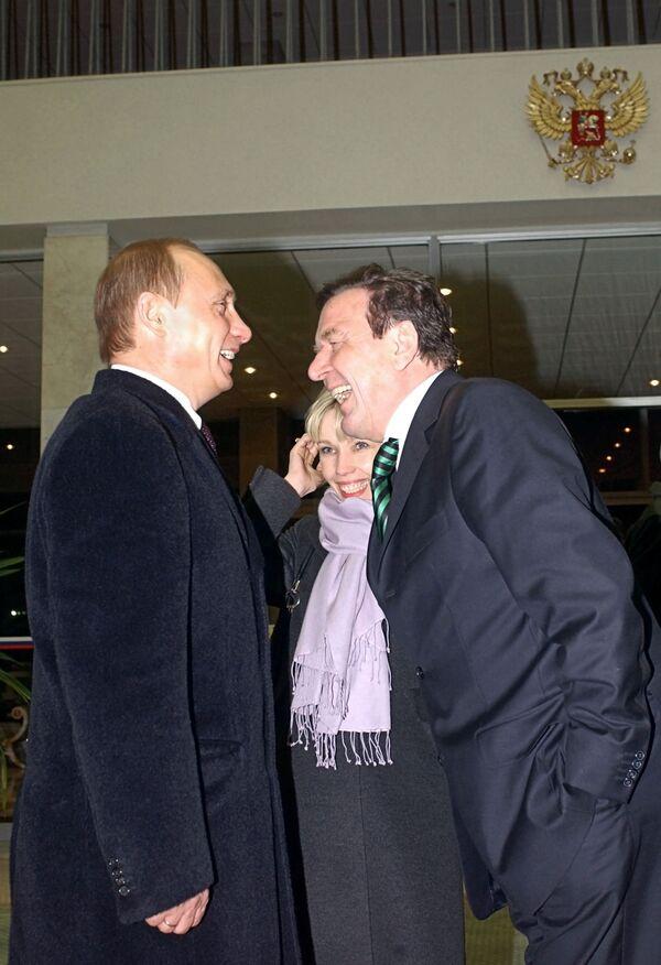 Vladimir Putin accoglie il cancelliere tedesco Gerhard Schröder arrivato a Mosca per una visita ufficiale, 2004. - Sputnik Italia