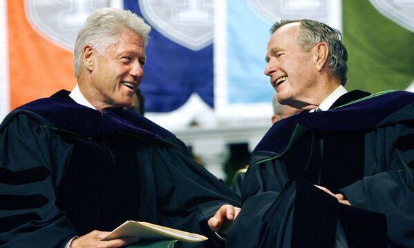 Gli ex presidenti americani Bill Clinton e George Bush durante la consegna dei diplomi alla Tulane University, New Orleans. - Sputnik Italia