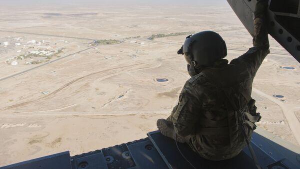 Militare della Guardia Nazionale USA elicottero sorvola base militare americana in Kuwait - Sputnik Italia
