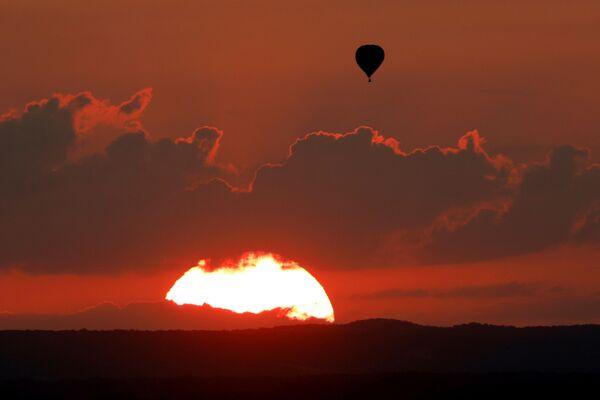 Una mongolfiera solitaria al tramonto nel corso del Lorraine Mondial Air Balloon Festival a Chambley. - Sputnik Italia