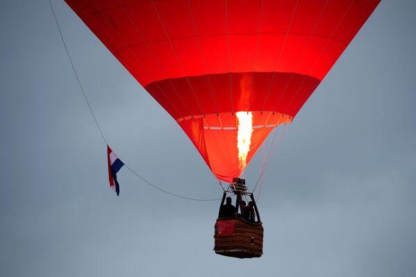 Una mongolfiera sorvola il comune di Saint-Julien-les-Gorze dopo essere partita da Chambley. - Sputnik Italia