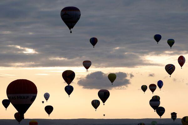 Mongolfiere al tramonto nel cielo della Lorena. - Sputnik Italia