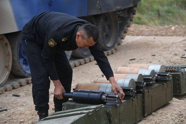 Un soldato del Kyrgyzstan prepara le munizioni che verranno caricate a bordo di un carro armato Т-72B3 con cui partecipa al concorso l'esercito del paese centroasiatico - Sputnik Italia