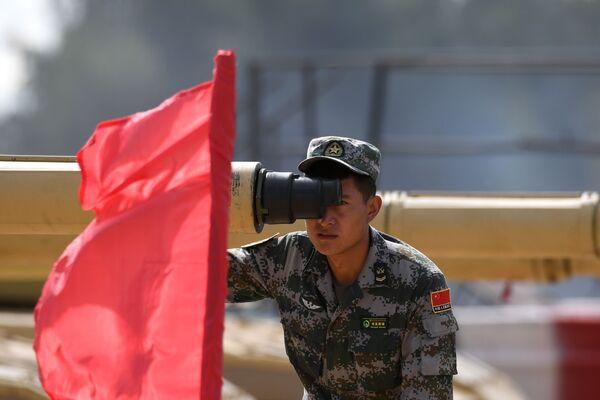 Un soldato cinese durante una prova di sparo  - Sputnik Italia