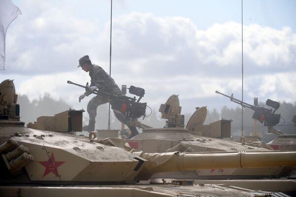 Soldati cinesi in azione sui carri armati ZTZ-99 dell'esercito cinese  - Sputnik Italia