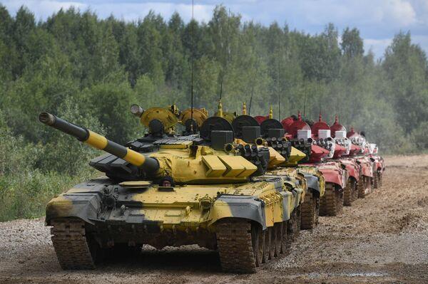Una colonna di carri armati T-27B3 alla postazione di tiro  - Sputnik Italia
