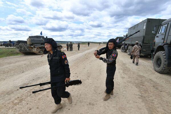 Soldati dell'esercito della Mongolia durante gli ultimi preparativi alla vigilia dell'edizione 2019 del Biathlon dei Carri Armati - Sputnik Italia