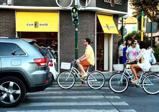 Automobili e bici in circolazione in una strada di Padova