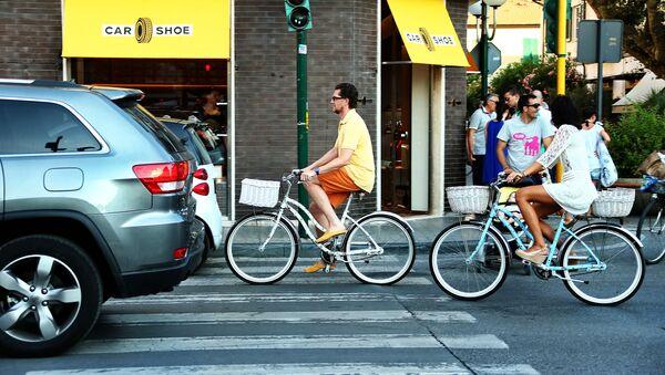 Automobili e bici in circolazione in una strada di Padova - Sputnik Italia
