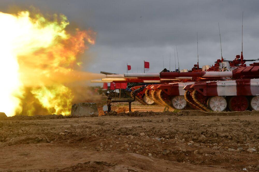 I carri armati T-72B3 della squadra dell'esercito russo durante la gara Biathlon dei carri armati al poligono di Alabino, in Russia.