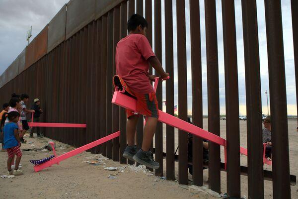 Le altalene al confine tra gli Usa e il Messico a Ciudad Juarez nello stato messicano di Chihuahua. - Sputnik Italia
