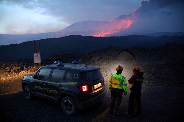 Gli agenti della Guardia di Finanza osservano il vulcano Etna. - Sputnik Italia
