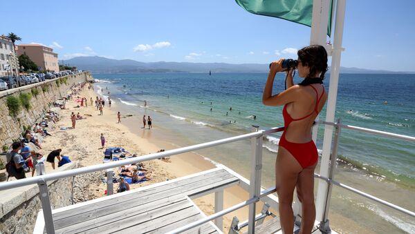Una bagnina sulla spiaggia di San Francesco ad Ajaccio, Corsica. - Sputnik Italia