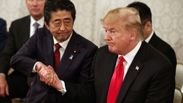 Il primo ministro del Giappone Shinzo Abe e il presidente USA Donald Trump a Tokyo - Sputnik Italia