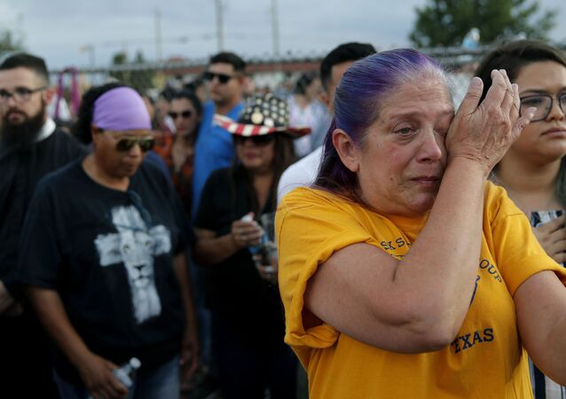 Una donna piange per le vittime della strage in Texas.