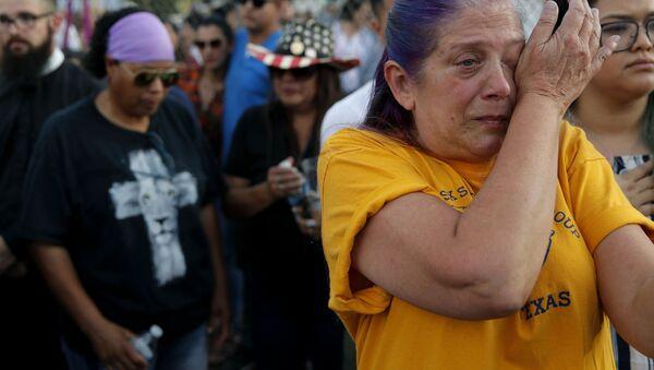 Una donna piange per le vittime della strage in Texas. - Sputnik Italia