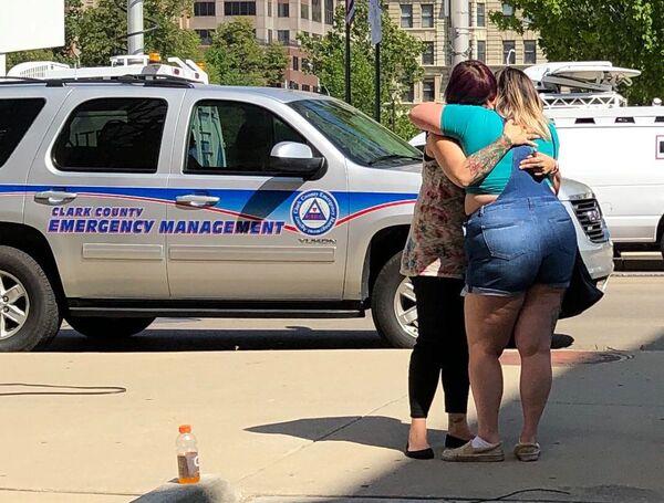 Le ragazze stanno aspettando le notizie sulle condizioni delle vittime a Dayton, Ohio. - Sputnik Italia