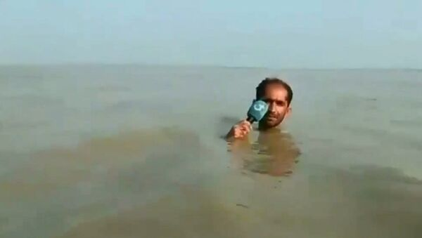 Azadar Hussain durante reportage virale - Sputnik Italia