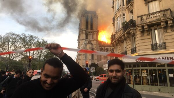 La cattedrale di Notre Dame in fiamme - Sputnik Italia