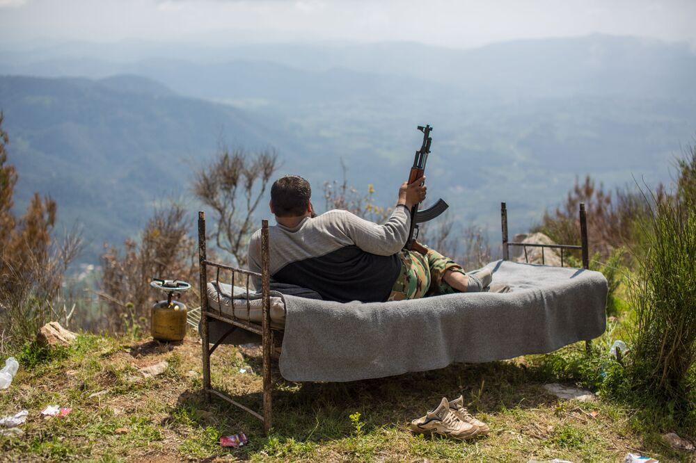 Un soldato siriano vicino alla città di Kesab.