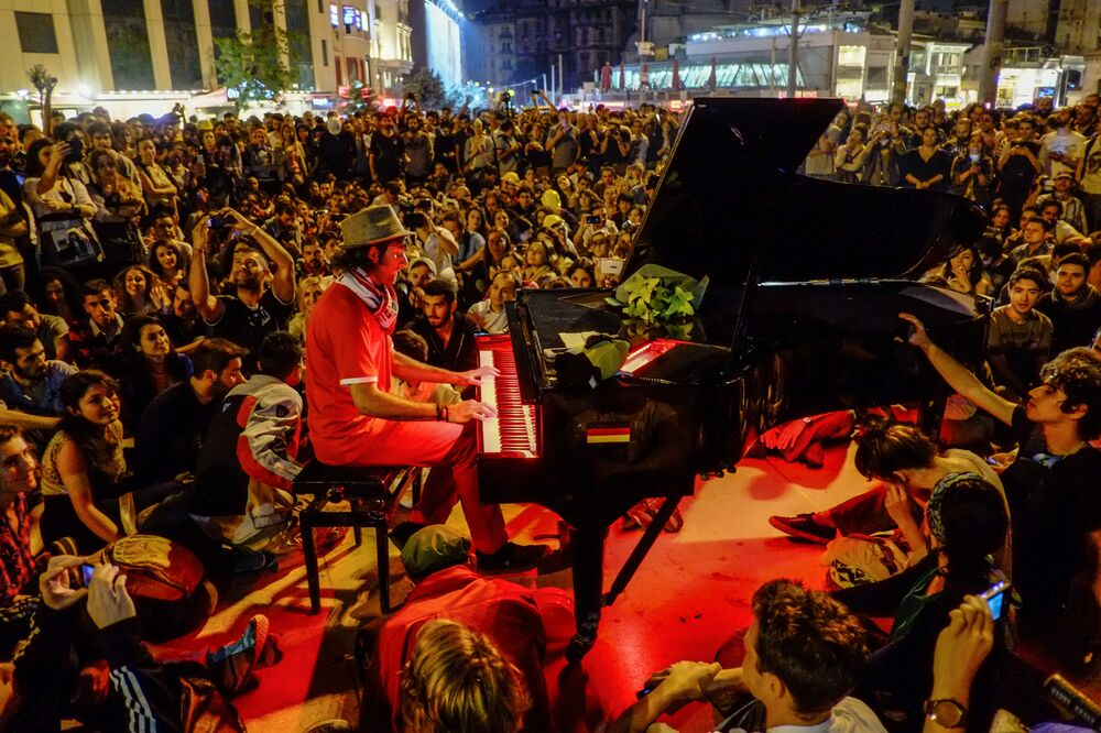 Un uomo suona il pianoforte durante le proteste a Istanbul.