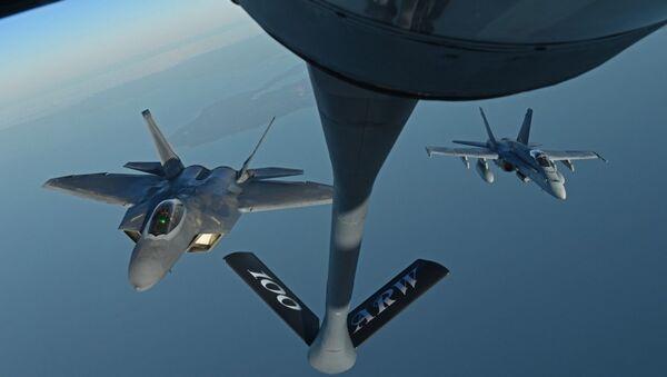 F-22 e F-18 - Sputnik Italia