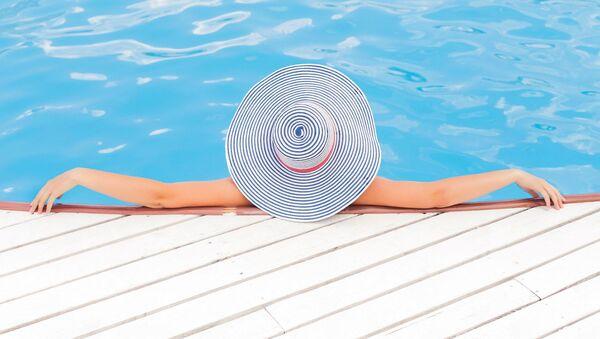 Donna in piscina - Sputnik Italia