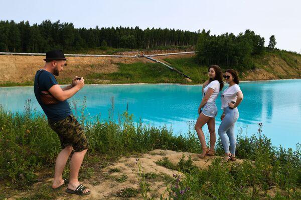 Le ragazze si fanno una foto vicino alla centrale termoelettrica di Novosibirsk diventata popolare tra  gli amanti dei selfie straordinari per il colore dell'acqua. - Sputnik Italia