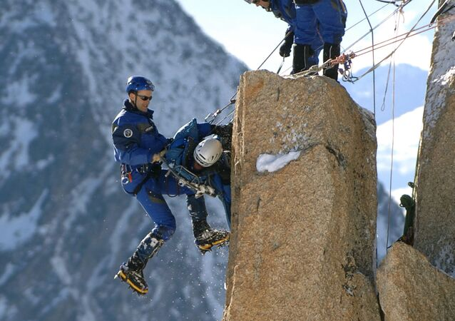 Alpinisti in cordata sulla vetta dell'Aiguille du Midi, 3842 metri, nel massiccio del Monte Bianco, in Francia