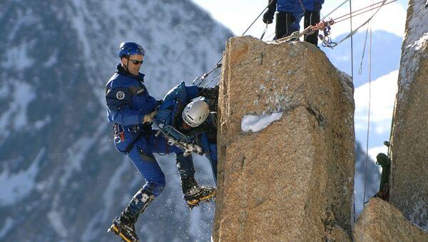 Alpinisti in cordata sulla vetta dell'Aiguille du Midi, 3842 metri, nel massiccio del Monte Bianco, in Francia - Sputnik Italia