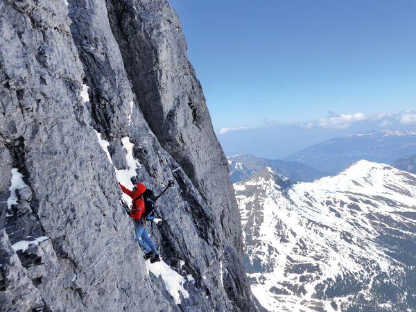 L'alpinista svizzero Daniel Arnold impegnato nella scalata della parete Nord - la più difficile - dell'Eiger nelle Alpi bernesi - Sputnik Italia
