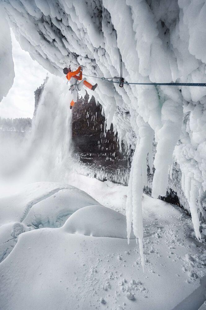 L'alpinista svizzero del Mammut Pro Team, Dani Arnold, mentre scala la parete di ghiaccio alta 141 metri della cascata Helmcken Falls, in Canada.