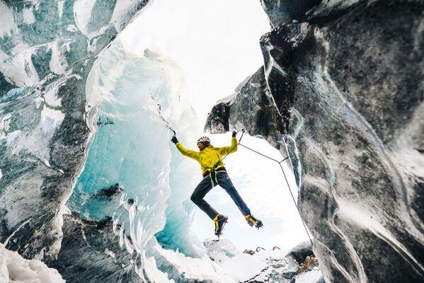 L'alpinista austriaco Hasjorg Auer sul massiccio del Howse Peak nel parco nazionale di Banff, nello stato di Alberta, in Canada. Auer, insieme al connazionale David Lama ed allo statunitense Jess Roskelley riuscì a araggiungere la vetta della montagna, una delle più difficili nella catena delle Montagne Rocciose, ma i tre persero la vita nella discesa, il 22 aprile 2019. - Sputnik Italia