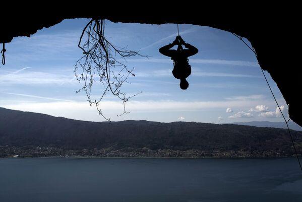 L'alpinista francese Christophe Dumarest durante una scalata di allenamento sullo sfondo del lago di Annecy, in Francia - Sputnik Italia