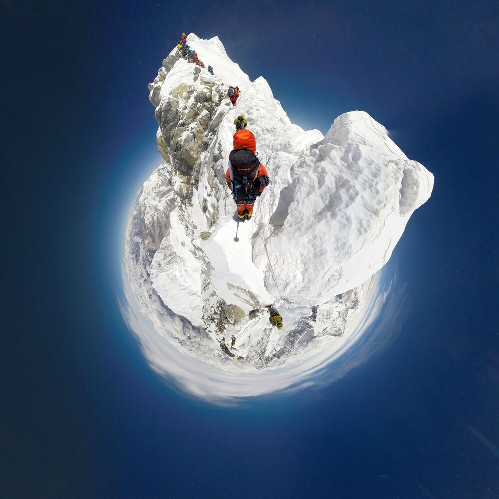 Una fotografia a 360° della vetta dell'Everest, raggiunta dalla parete sud.