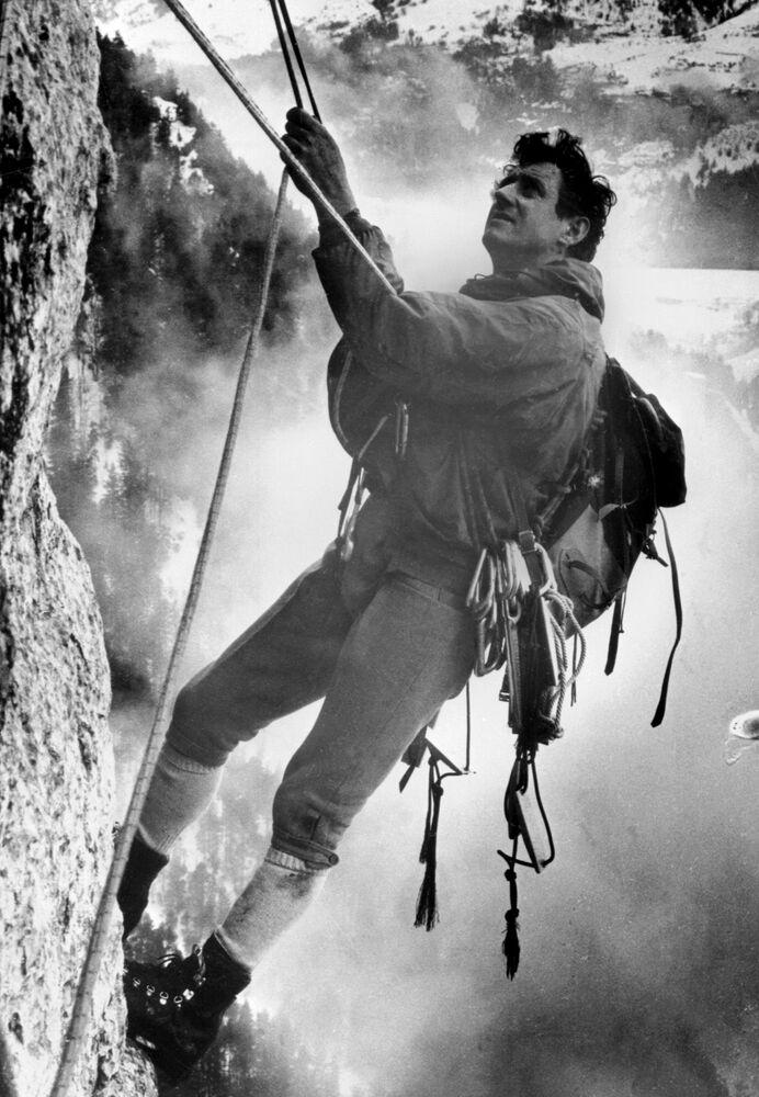 17 febbraio 1968: l'alpinista francese Renè Desmaison scala la parete de Le Trois Pucelles a Saint-Nizier-du-Moucherotte sul massiccio del Vercors, in Francia.